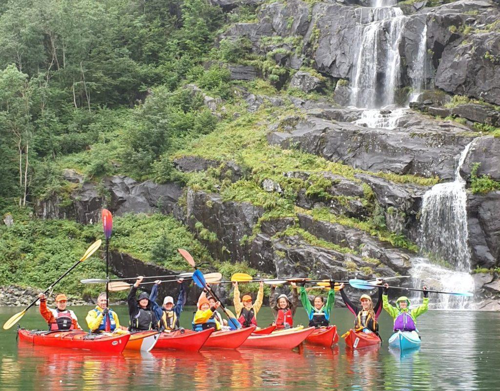 gruppe jublende padlere på vannet i hardanger